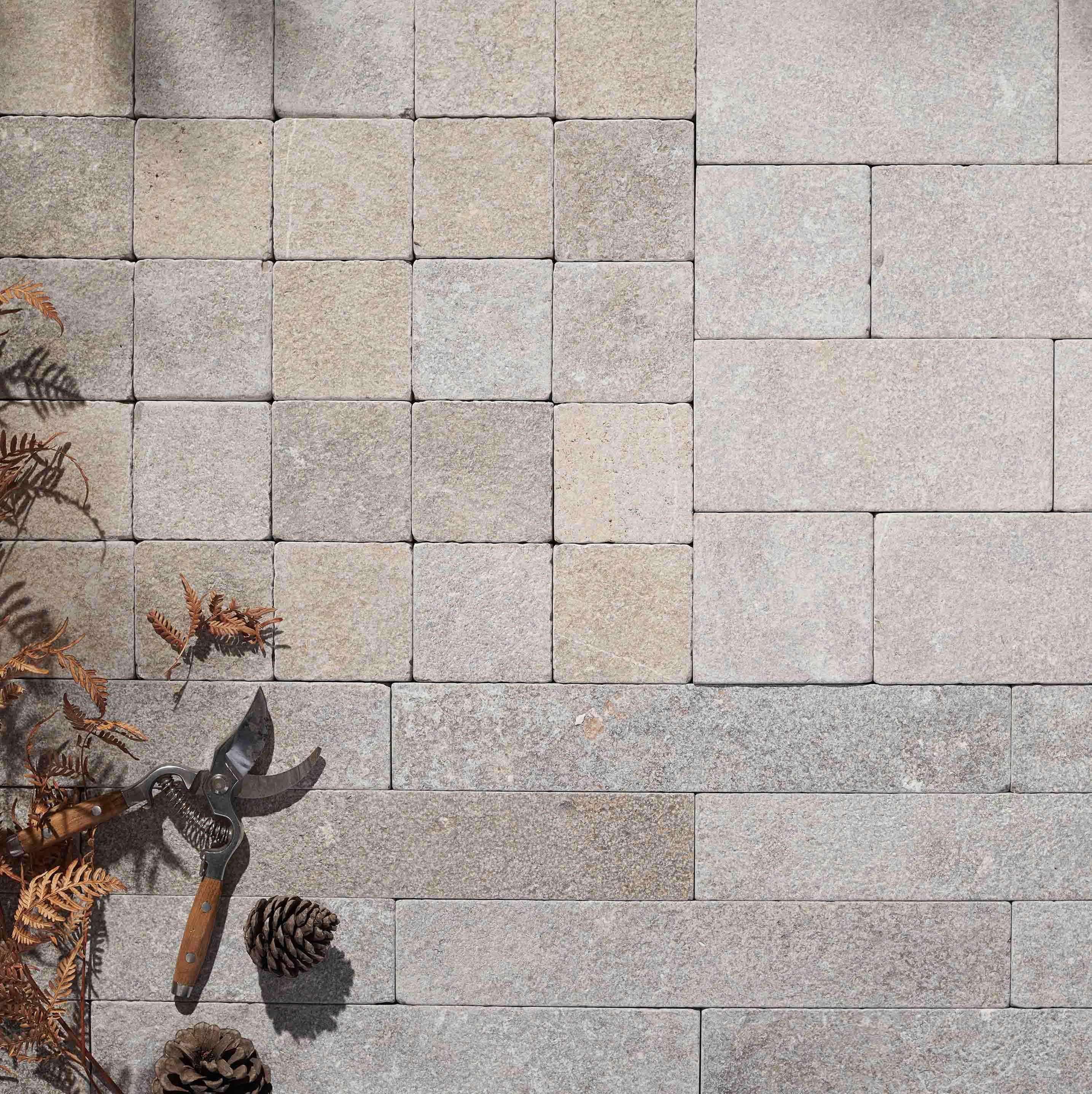 Cobblestones Hero Ruskea-limestone-uniform-cobblestones-hero